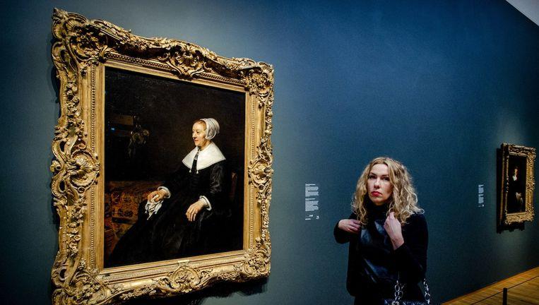Een bezoeker van de tentoonstelling Late Rembrandt bij het portret van Catrina Hooghsaet. Beeld anp