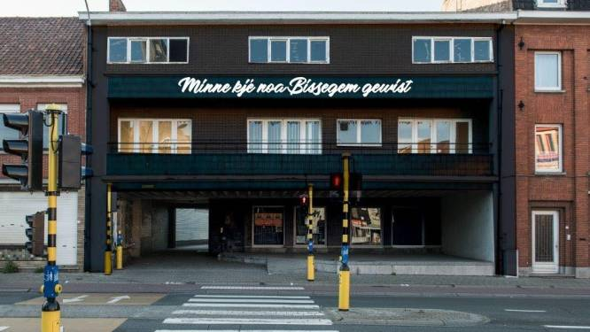 Streetart fleurt binnenkort verloederd oud gemeentehuis in Bissegem op