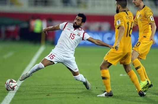 Abdul Al Anizan (links) houdt de bal net niet binnen. Rechts PSV'er Aziz Behich.
