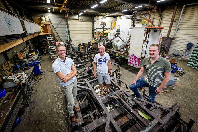 Dirk Bekke, Raimond Oude Egbrink en Mart Nijhuis (vanaf links) in de loods van de Tuffelkeerlkes, die samen met de aangrenzende loods van de Bosdûvelkes moet uitgroeien tot een creatieve broedplaats.