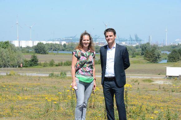 Laura Verlaeckt van het Havenbedrijf en schepen Filip Kegels op de plek waar de 6.457 bomen en struiken komen.