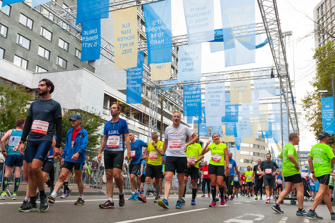 Lopers tijdens Marathon Eindhoven bij de in 2017 in gebruik genomen nieuwe finish op de Vestdijk.