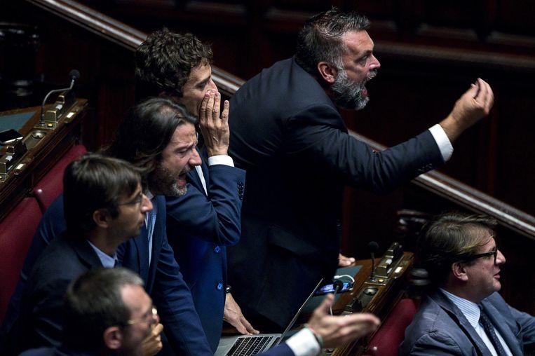 Afgevaardigden van Broeders van Italië reageren in het parlement op een toespraak van toenmalig premier Giuseppe Conte.  Beeld EPA