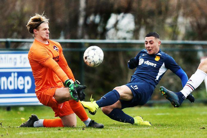 DHSC-speler Emre Bal stuit op de keeper van FC 's-Gravenzande, afgelopen seizoen.