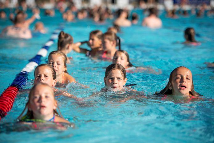 Vanaf vier jaar moeten ook kinderen blijven betalen voor toegang tot de zwembaden in Rijssen en Holten.