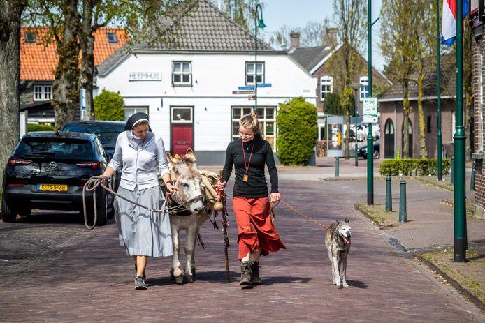 """Zuster Bettina en Carmen Coolen wandelen Ons Kloosterpad samen met ezel en hond door Aarle-Rixtel. ,,Prairie heeft het pelgrimswandelen gemist"""", merkt Carmen na afloop op."""