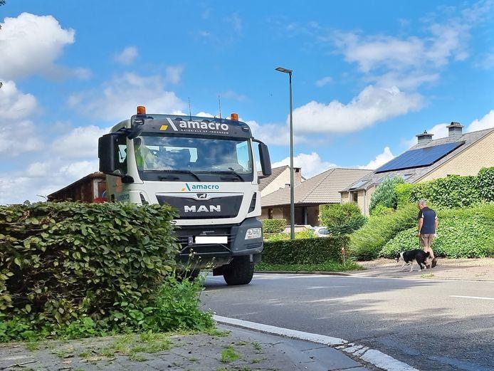 Onder ander het zware vrachtverkeer is op de Edouard Rooselaersstraat en de Galgstraat in Sint-Pieters-Leeuw de laatste jaren fors toegenomen.