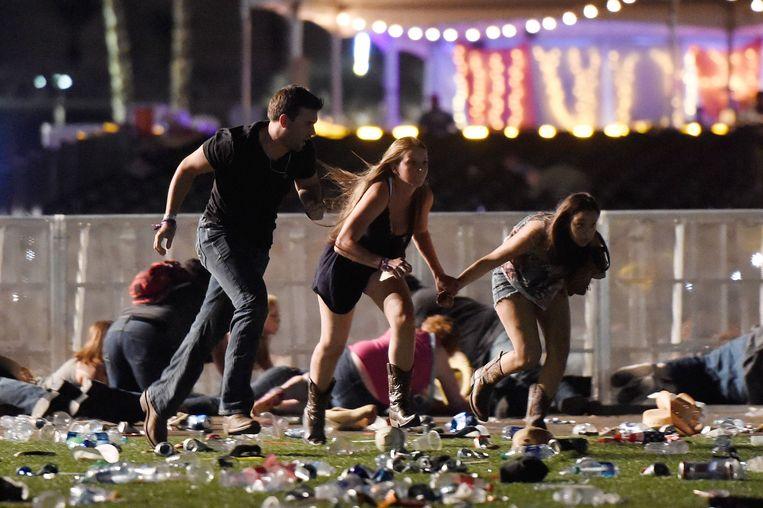 Zodra de bezoekers doorhadden wat er aan de hand was, brak er chaos uit op het festivalterrein. Tussen de schietsalvo's werd het af en toe stil, waarop iedereen begon te rennen.  Beeld AFP