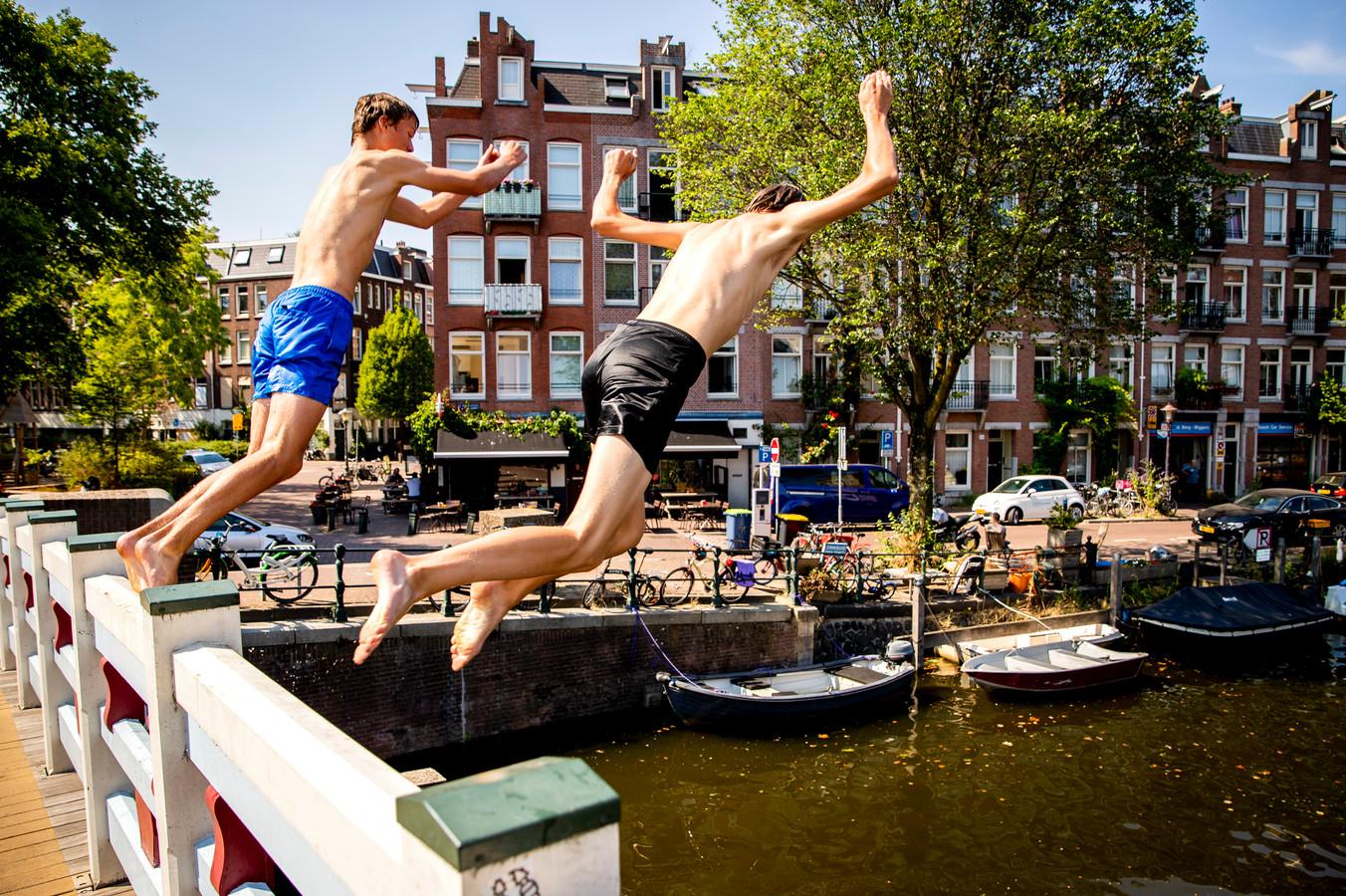 Jongens springen in de Kattensloot in Amsterdam op een hete julidag vorig jaar.