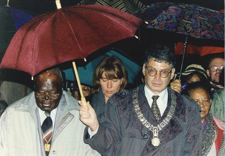 Pa Sem met burgemeester Van Tijn tijdens de eerste herdenking van de Bijlmerramp, in 1993. Beeld ANP