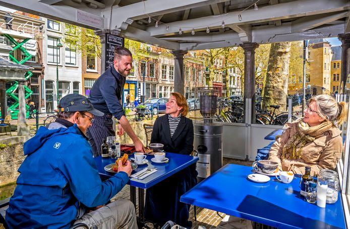 Chef Stefan Bos serveert op het terras van Kamphuisen.