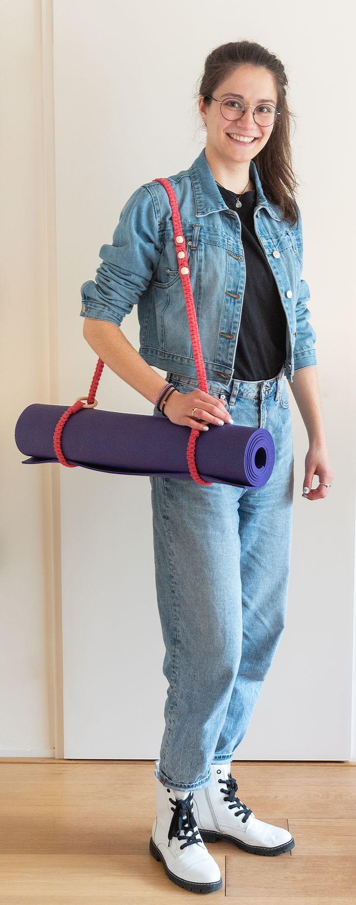 Jessie Kamp maakt draagbanden voor yogamatten.