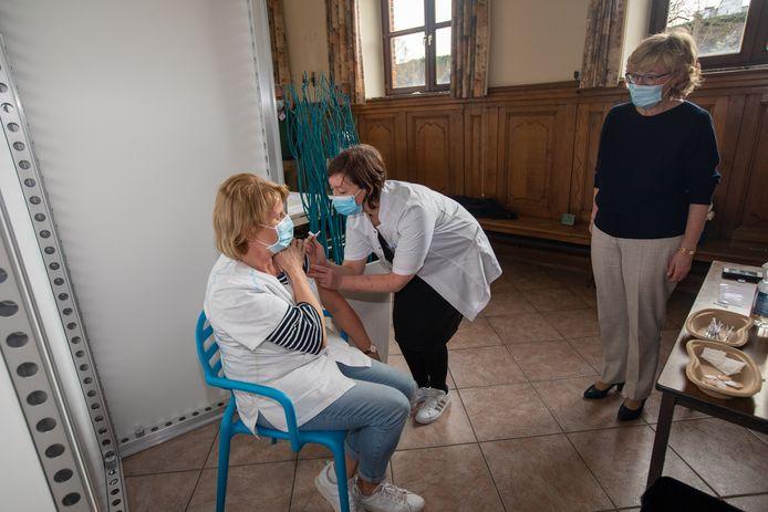 Veerle Heeren (à droite) au centre de vaccination de Saint-Trond le 22 février dernier.