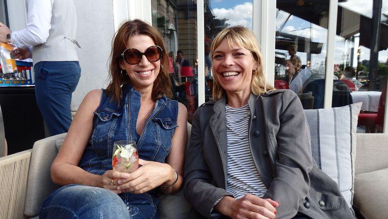 Of actrices/schrijfsters Isa Hoes (l) en Medina Schuurman op de foto willen? Schuurman: 'Waarom?!' Goede vraag. Beeld Schuim