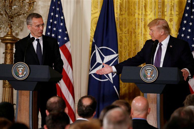 Donald Trump en secretaris-generaal van de NAVO Jens Stoltenberg tijdens een ontmoeting in het Witte Huis.  Beeld REUTERS