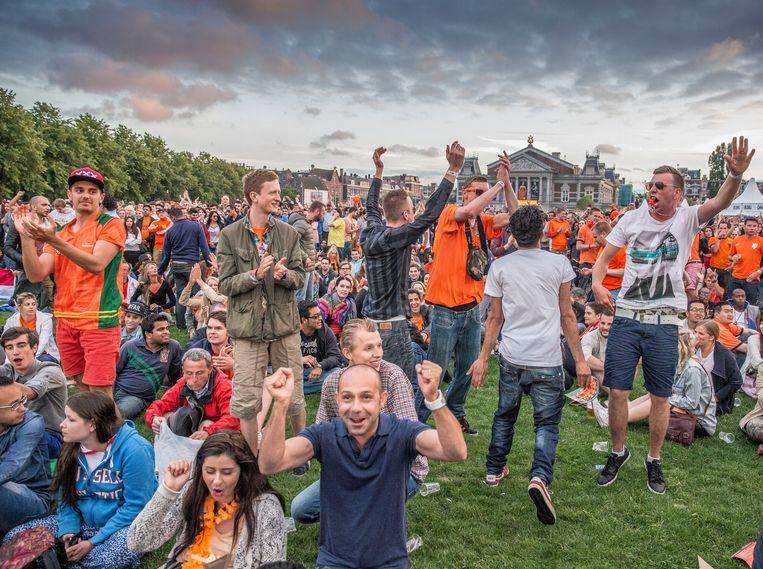 Op het Museumplein volgden in 2014 zo'n 15.000 voetbalfans op grote schermen de wedstrijd Spanje - Nederland van het WK in Brazilië. Beeld Amaury Miller
