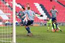 Invaller Yorbe Vertessen denkt PSV op 2-0 te koppen, maar zijn treffer wordt afgekeurd.