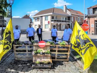 """Vlaams Belang sluit ludiek toegangsweg aan op Dorp in Moerzeke: """"Toegang tussen twee terrassen door te onveilig"""""""
