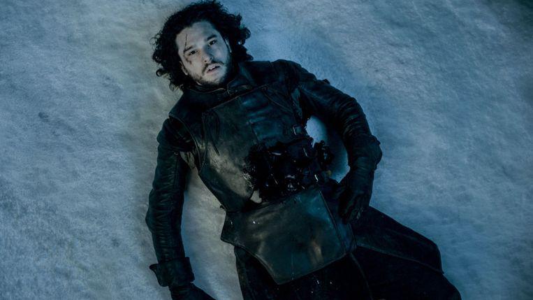 Jon Snow, neergestoken door zijn eigen broeders. Beeld hbo