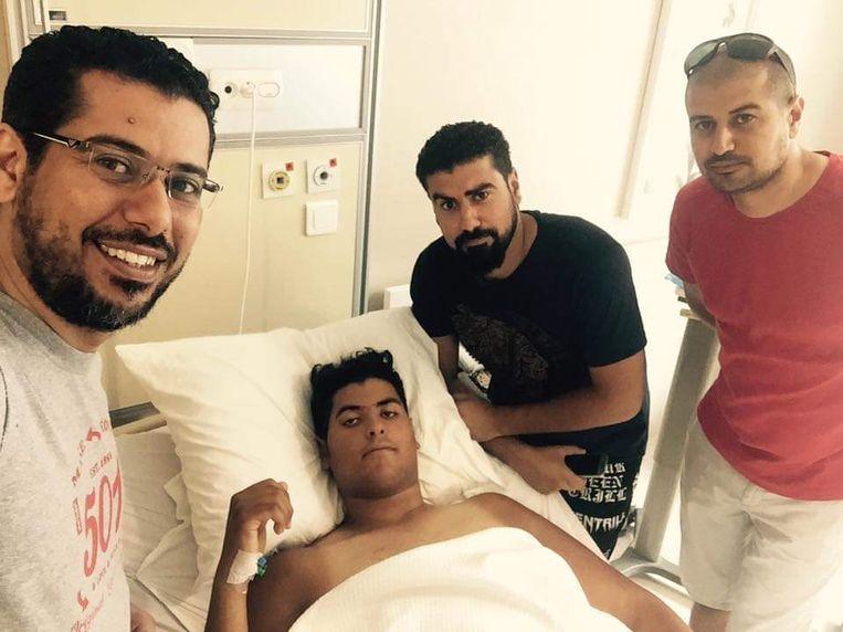 Ali en twee andere broers bezoeken Mohammed na een van vele operaties in een ziekenhuis in Istanbul. Beeld rv