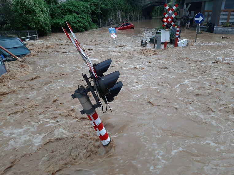 Water stroomt door de straten van het stadscentrum van Dinant, na de zware regenval op zaterdag 24 juli. Beeld Belga