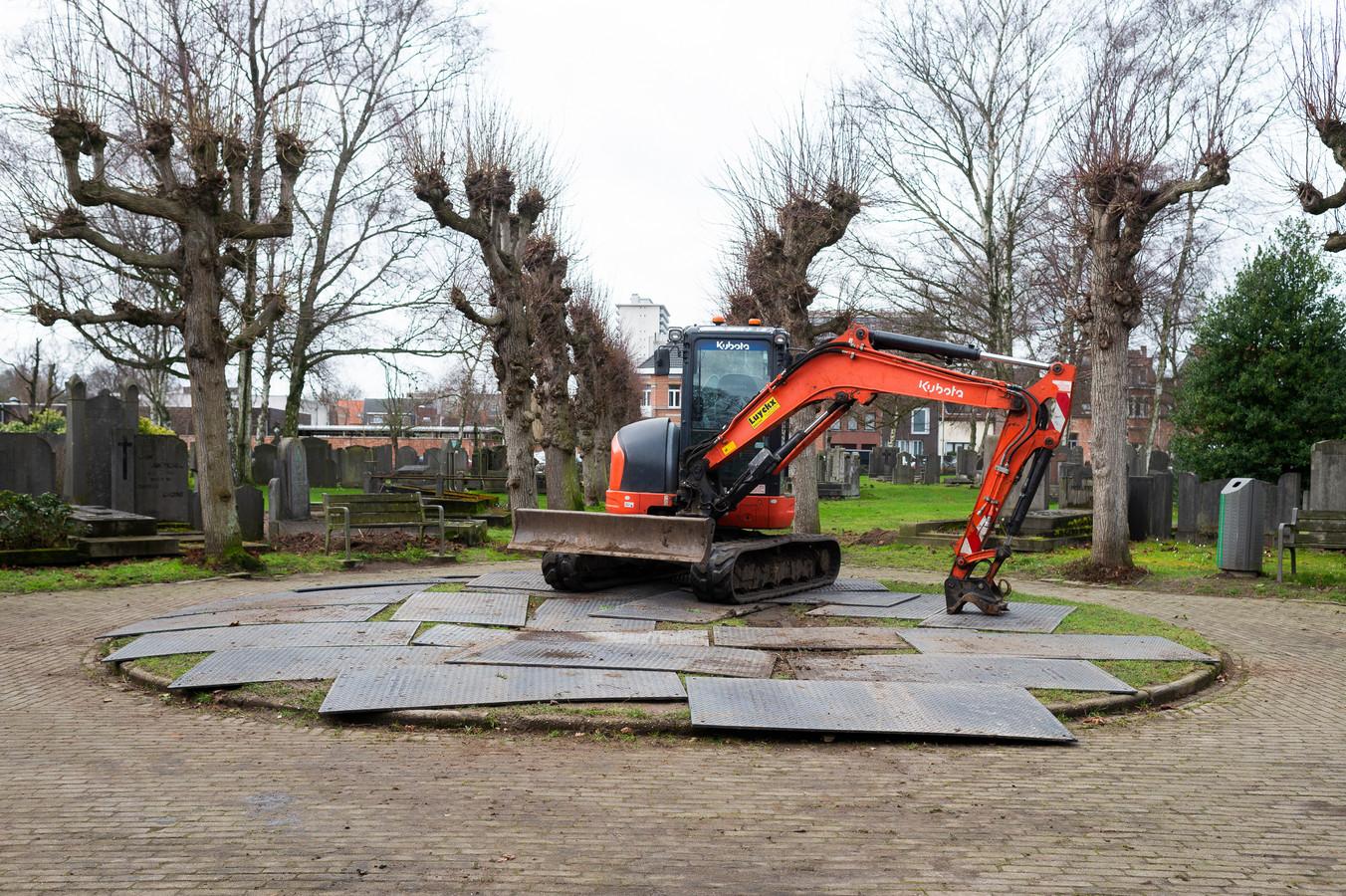 De oude, in onbruik geraakte begraafplaats langs de Jules Moretuslei in WIlrijk krijgt een opknapbeurt. De werken zijn deze week begonnen.