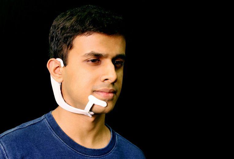 Arnav Kapur draagt een AlterEgo headset Beeld MIT