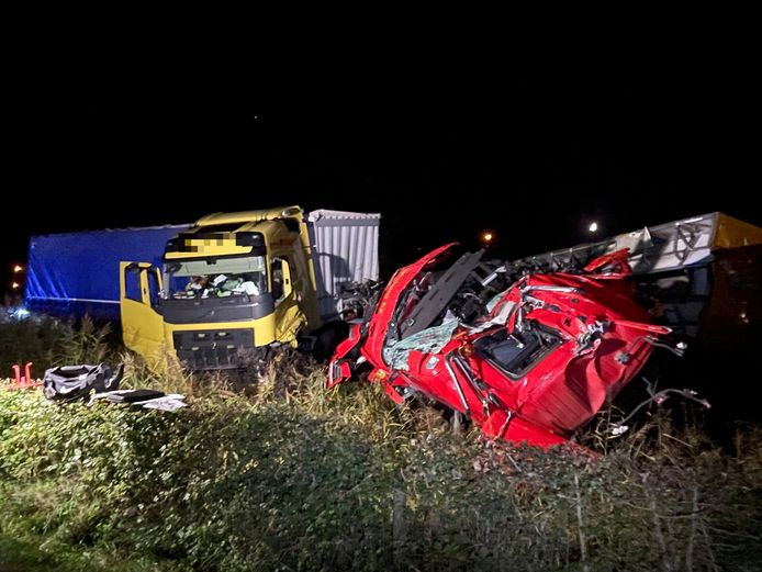 Grote schade aan twee vrachtwagens na het ongeluk op de N279 bij Heeswijk-Dinther.