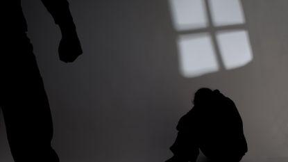 Vrouw springt door venster om aan haar gewelddadige vriend te ontsnappen