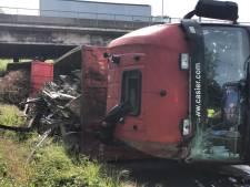 Vrachtwagen kantelt om aan verkeerswisselaar in Zwijnaarde: bestuurder lichtgewond weggebracht
