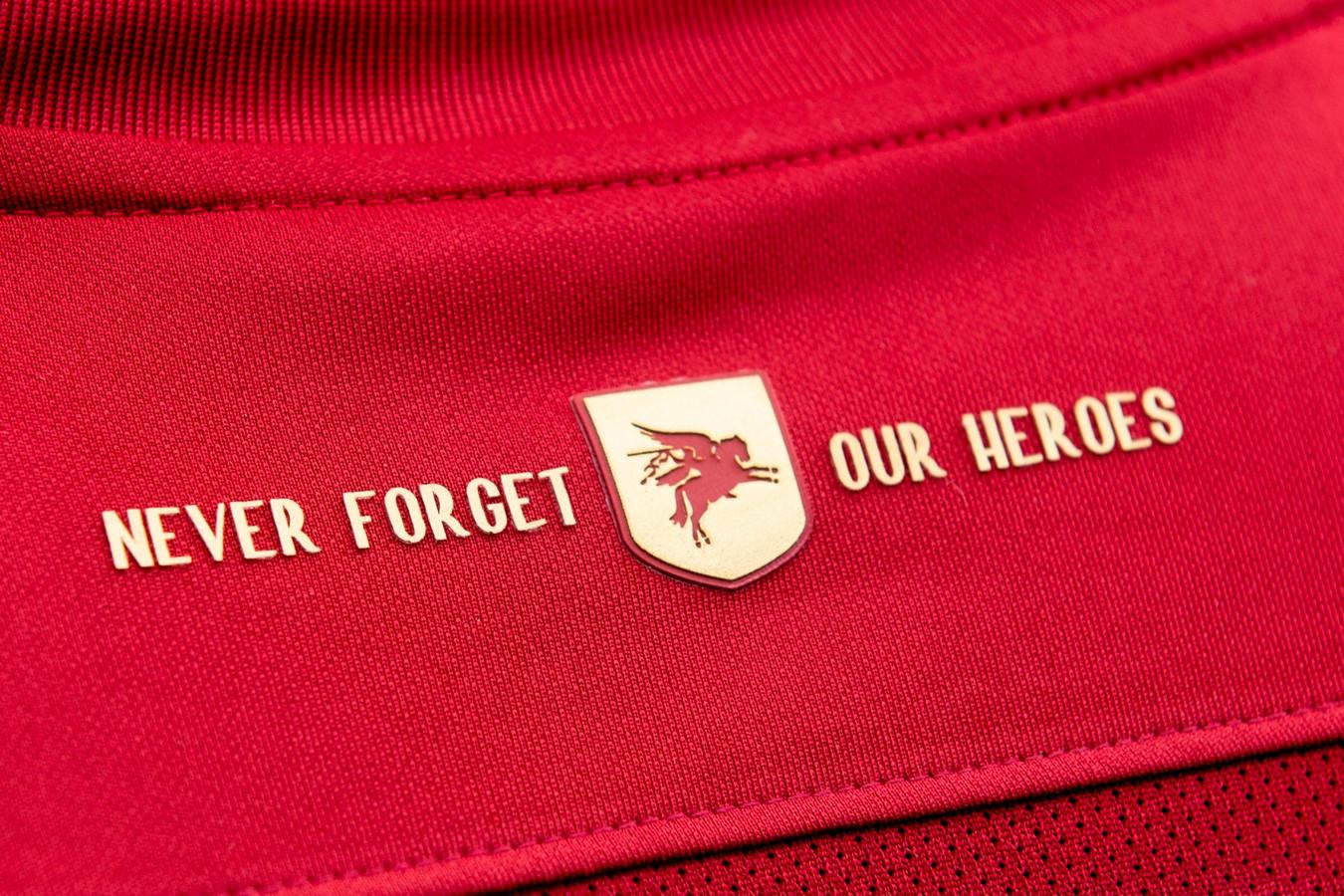 De gouden accenten van het nieuwe Airborne-shirt. Met in de nek de tekst 'Never forget our heroes' en geen gouden pegasus.