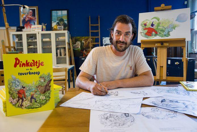 Arne van der Ree  in zijn atelier, waar hij de Pinkeltje-tekeningen maakte. ,,Ik wil niet alleen illustreren, maar ook iets vertellen.''