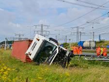 Vrachtwagen knalt tegen stilstaande auto op vluchtstrook N15: twee gewonden