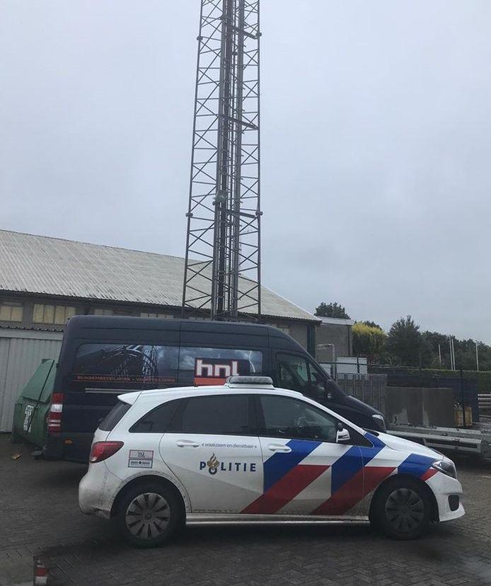 Politie bij de zendmast in Wierden deze ochtend. De zender werd beschadigd en uit de lucht gehaald omdat werd gedacht dat het om een piraat ging. Dat bleek niet het geval, de zender is van het legale Twente FM.