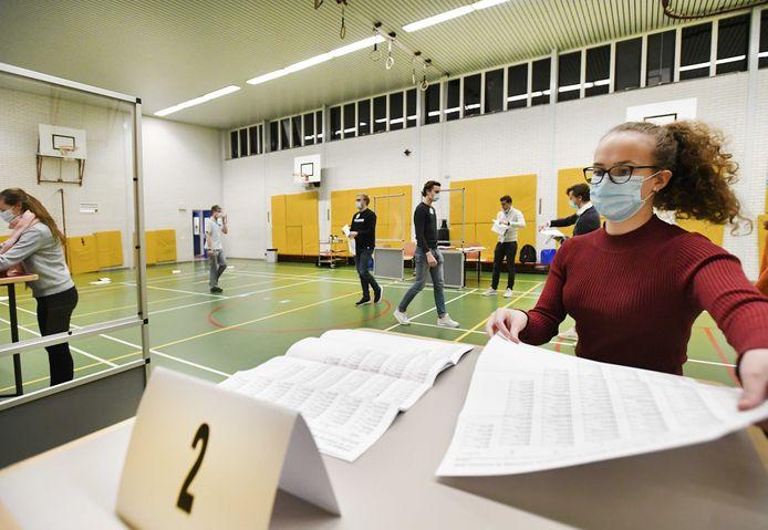 Stemmentellers aan het werk in het stembureau in 2College Durendael in Oisterwijk.