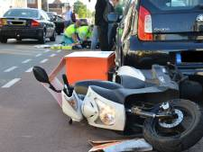 Scooterrijder zwaargewond bij botsing met auto in Breda