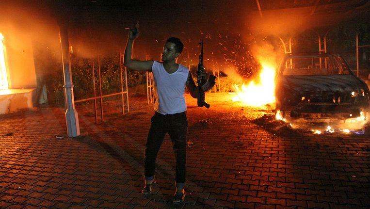 Een gewapende man zwaait met zijn geweer, gisterenavond in Benghazi Beeld afp