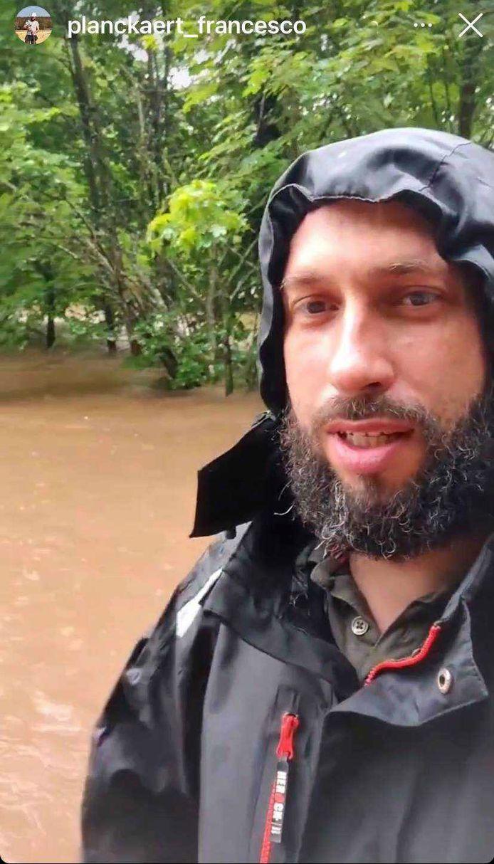 Francesco Planckaert toont hoe hun terrein overstroomd is.