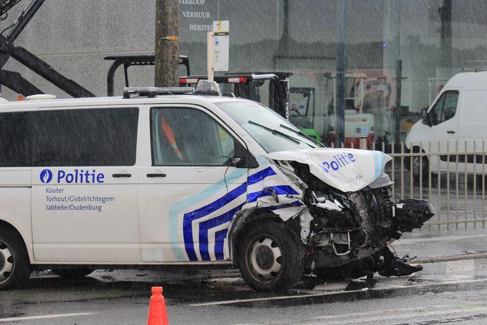 Langs de Torhoutbaan in Ichtegem gebeurde vrijdag rond 16.30 uur een ongeval tussen een personenwagen en een politiecombi die prioritair reed. Er vielen drie lichtgewonden.