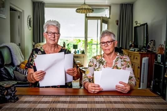 Corrie ( L ) en Annet ( R ) kregen flinke naheffing - afvalstoffen en waterschappen die 55+ bewoners van een appartement in Rotterdam drie jaar na dato hebben ontvangen.