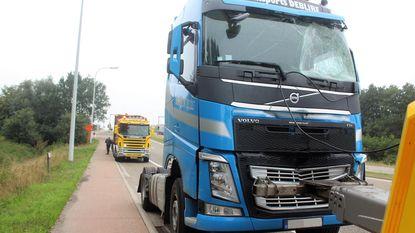 Twee vrachtwagens botsen tegen elkaar: chauffeur gewond