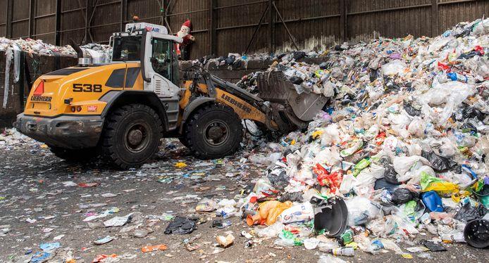 Twents verpakkingsafval wordt in Hengelo beoordeeld op kwaliteit.