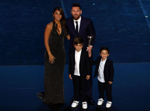 Messi op de recente FIFA Awards met zijn vrouw Antonella en de oudste zonen Thiago (6) en Mateo (4). Voor Ciro (1) kwam de party nog te vroeg.