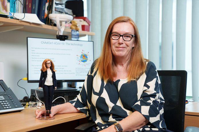 Sarah Gilbert tient une poupée Barbie fabriquée à son image, comme co-créatrice du vaccin AstraZeneca. La société de jouets a créé des modèles en l'honneur de cinq autres femmes travaillant dans le domaine des sciences, de la technologie et de l'innovation dans le monde entier.