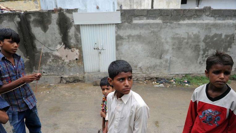 Kinderen voor het huis van Ramsha, het meisje dat is opgepakt wegens blasfemie. Beeld afp