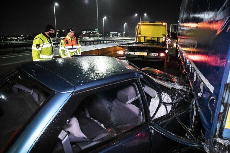 Een ongeluk op de A12 vanaf de Duitse grens richting Arnhem als gevolg van gladheid. Beeld ANP