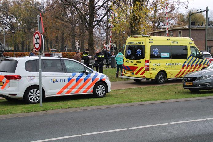 Bij een aanrijding op een oversteekplaats bij het spoor raakte een fietser gewond.