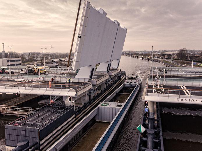 De bouw van de Máximabrug in volle gang.