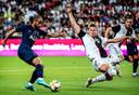 Matthijs de Ligt (rechts) doet in het oefenduel met Tottenham Hotspur van eind juli een uiterste inspanning om het schot van Lucas Moura te blokken.