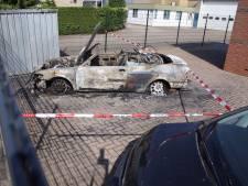 Geparkeerde auto volledig uitgebrand in Enter